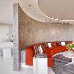 Полукруглый диван в гостиной