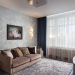Картина и светильники над диваном