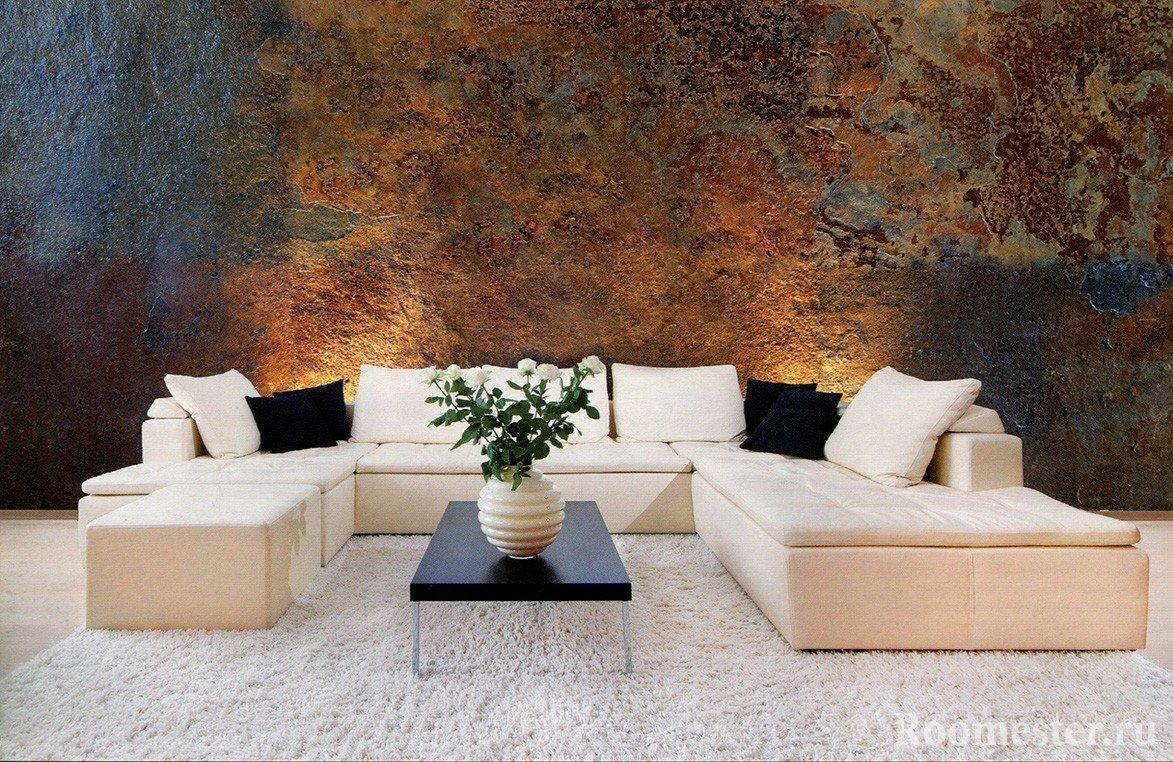 Белый диван и стена под камень