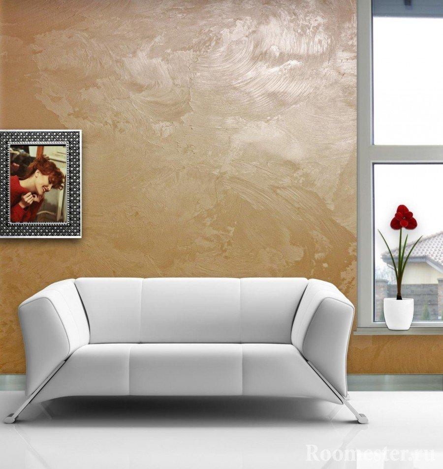 Белый диван у окна
