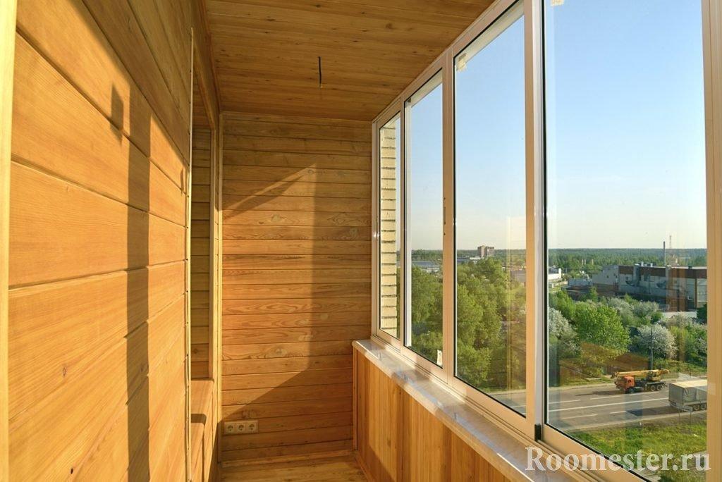 Красивый интерьер балкона из дерева