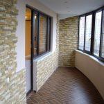 Плитка под камень в интерьере балкона