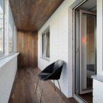 Сочетание белого цвета и темного дерева в интерьере балкона