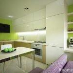 Белая мебель и салатовые стены на кухне