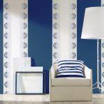 Бело-синие обои с принтом в интерьере