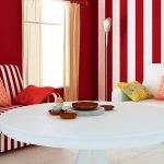 Красный цвет стен в гостиной