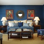 Синий цвет в гостиной с окном