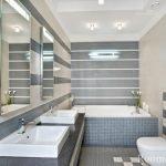 Зеркала на стене в ванной