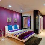 Зеркало на стене у кровати