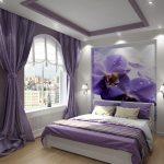 Фиалки на стене спальни