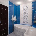 Бело-синий интерьер ванной