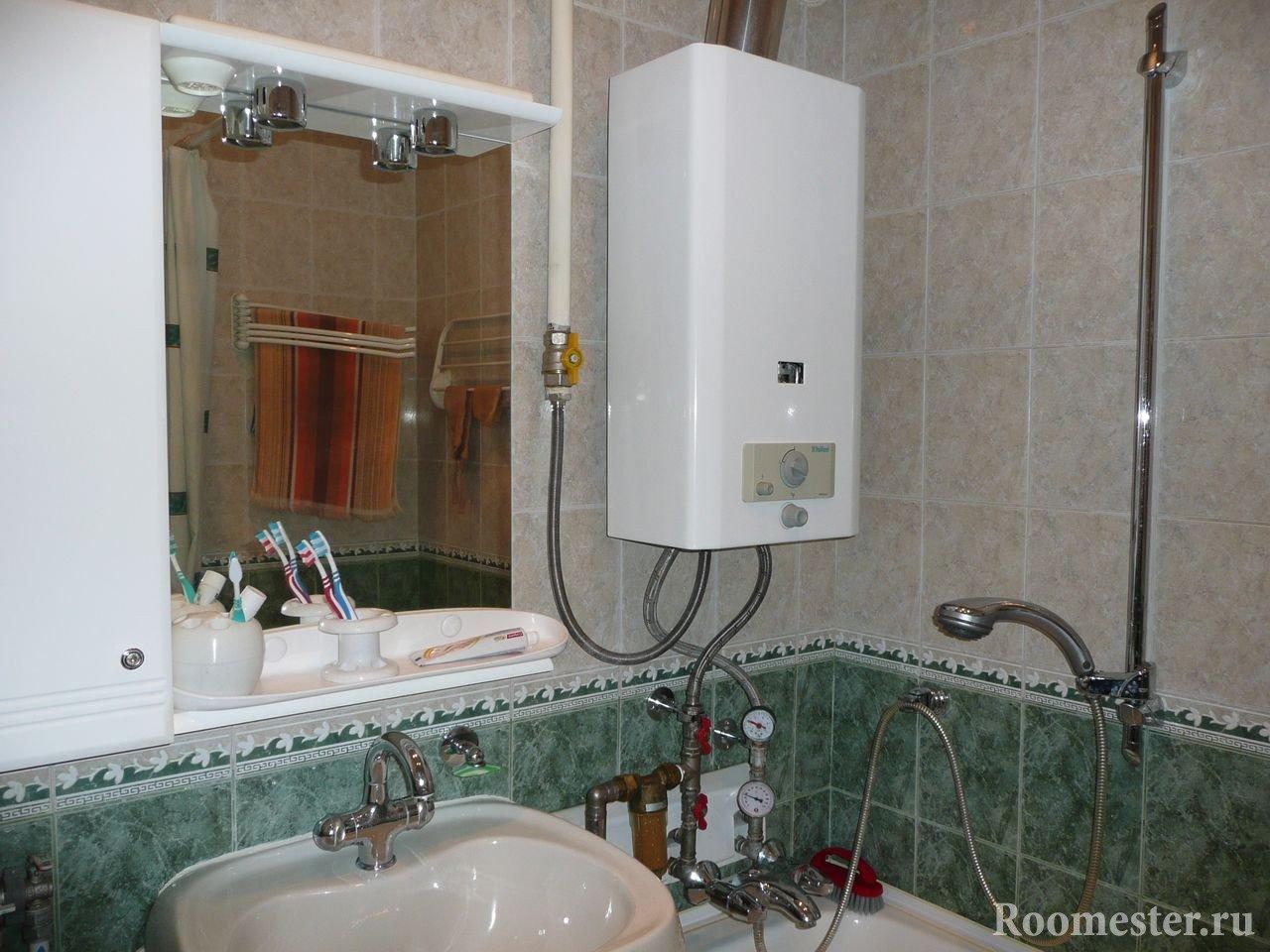 Газовая колонка рядом с зеркалом