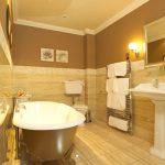 Красивый интерьер ванной со светильниками