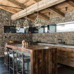Кухня из камня и дерева
