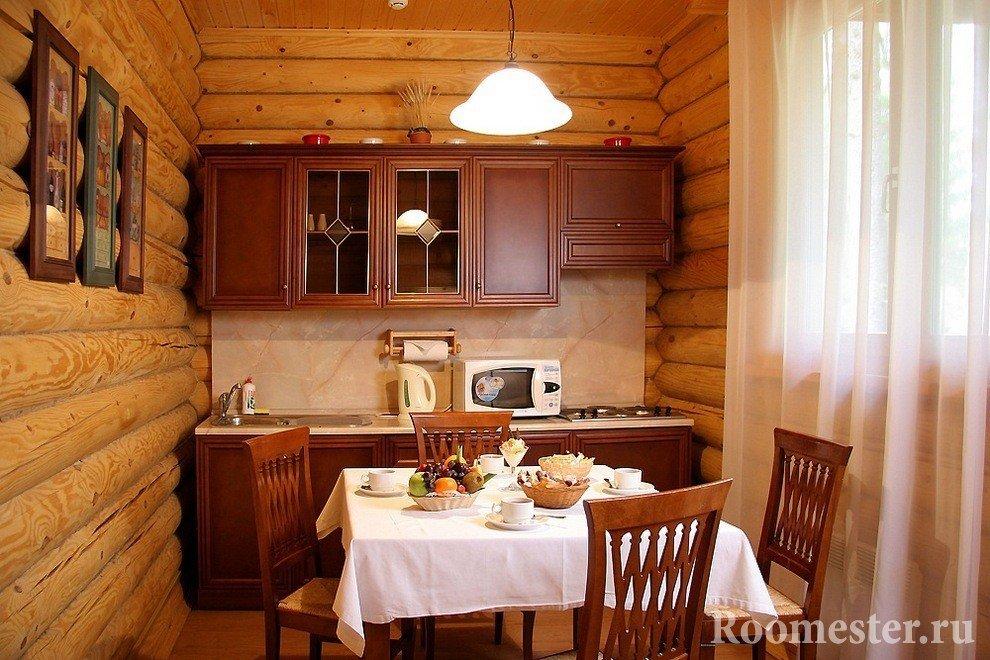 Картины на бревенчатой стене кухни