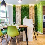 Стол и зеленые стулья у окна