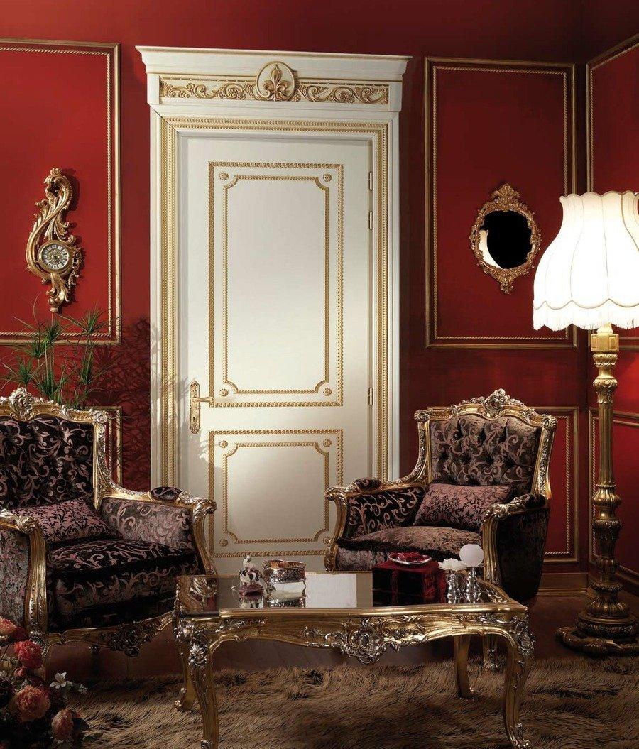 Комната в классическом стиле со светлой дверью