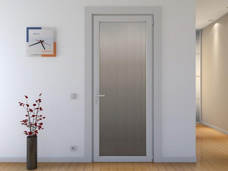 Часы на стене у двери