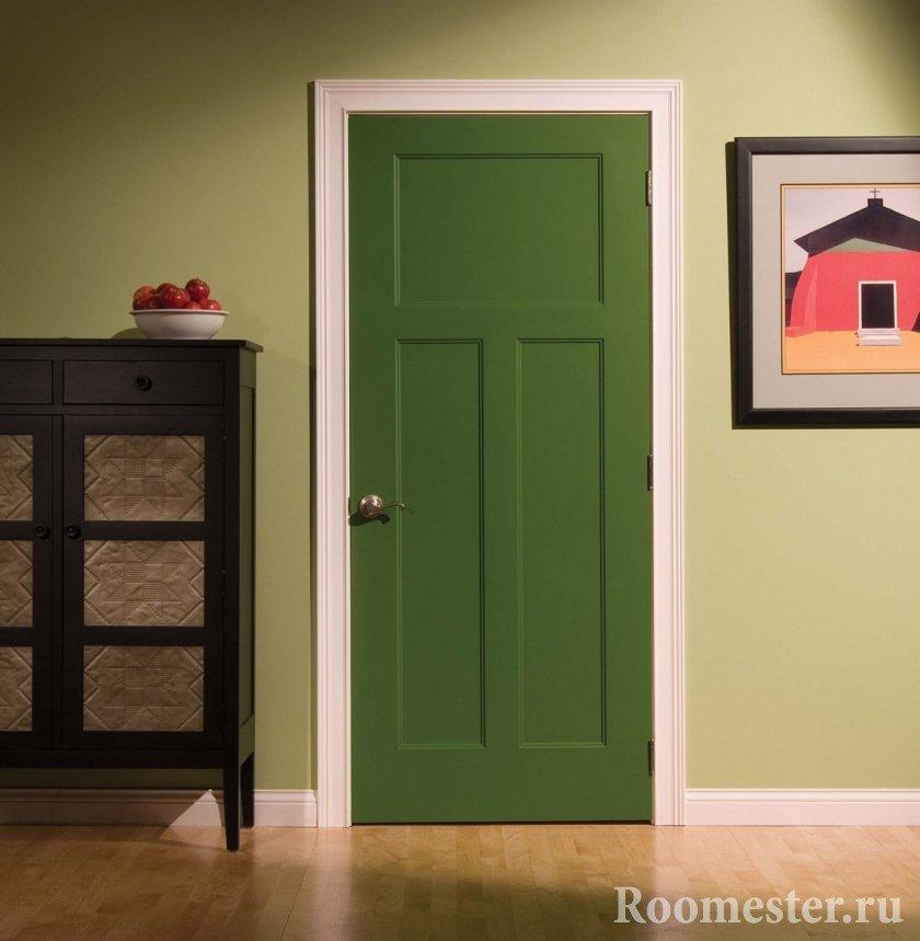 Зеленая дверь в комнате