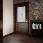 Темные обои и темная дверь в интерьере
