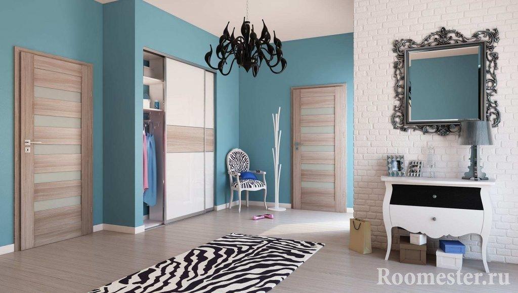 Комната с одинаковыми дверями