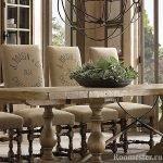 Стулья и деревянный стол