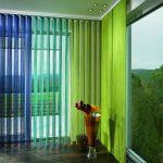 Яркие нитяные шторы на окне