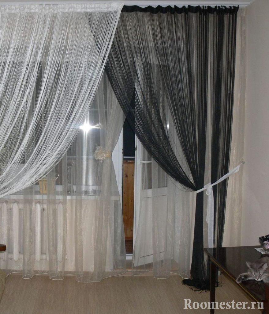Черные и белые ниточные шторы на окне
