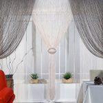 Красный диван в светлой комнате