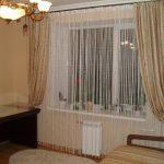 Белые нитяные шторы на окне гостиной