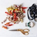 Ножницы и конфеты