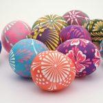 Яркие пасхальные яйца с узорами