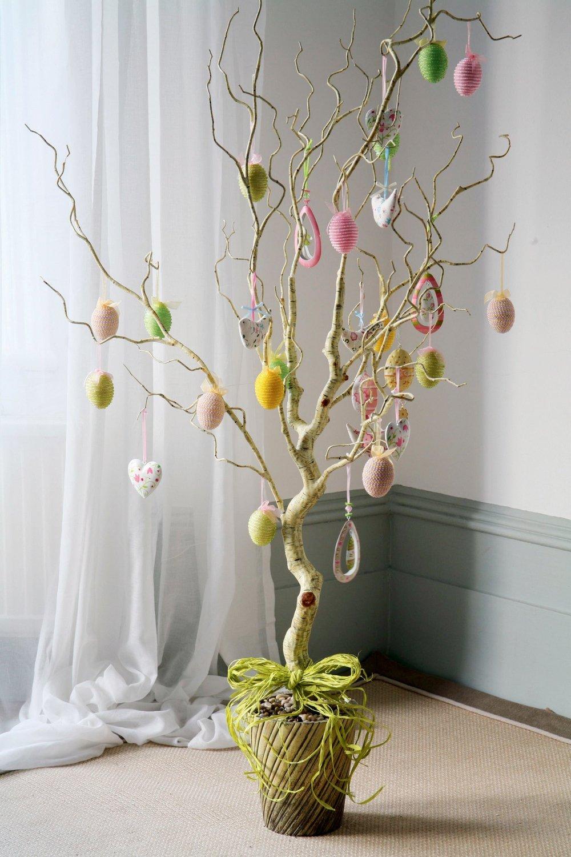 Дерево с сердечками и пасхальными яйцами