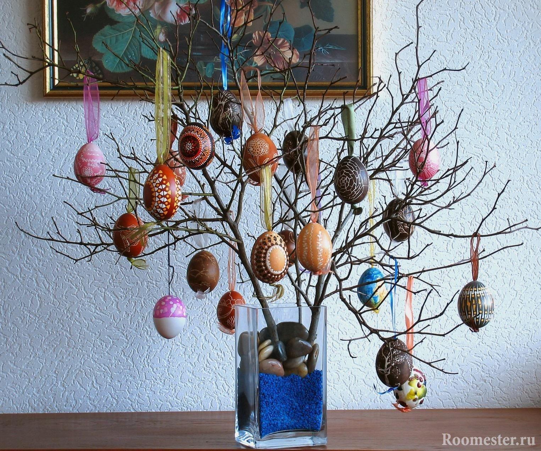 Ветка с пасхальными яйцами в вазе