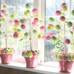 Яркие пасхальные деревья на окне