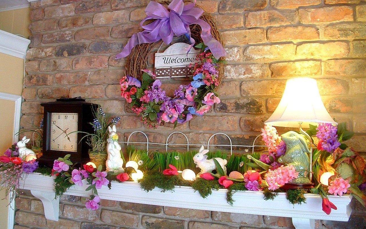 Стена с пасхальным декором