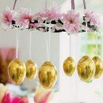 Люстра из цветов и золотых яиц