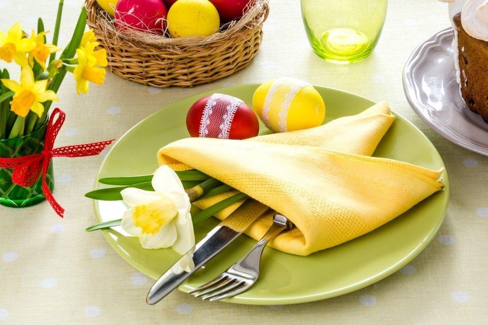 Яички и нарцисс на тарелке