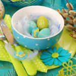 Тарелка с пасхальными яичками на столе