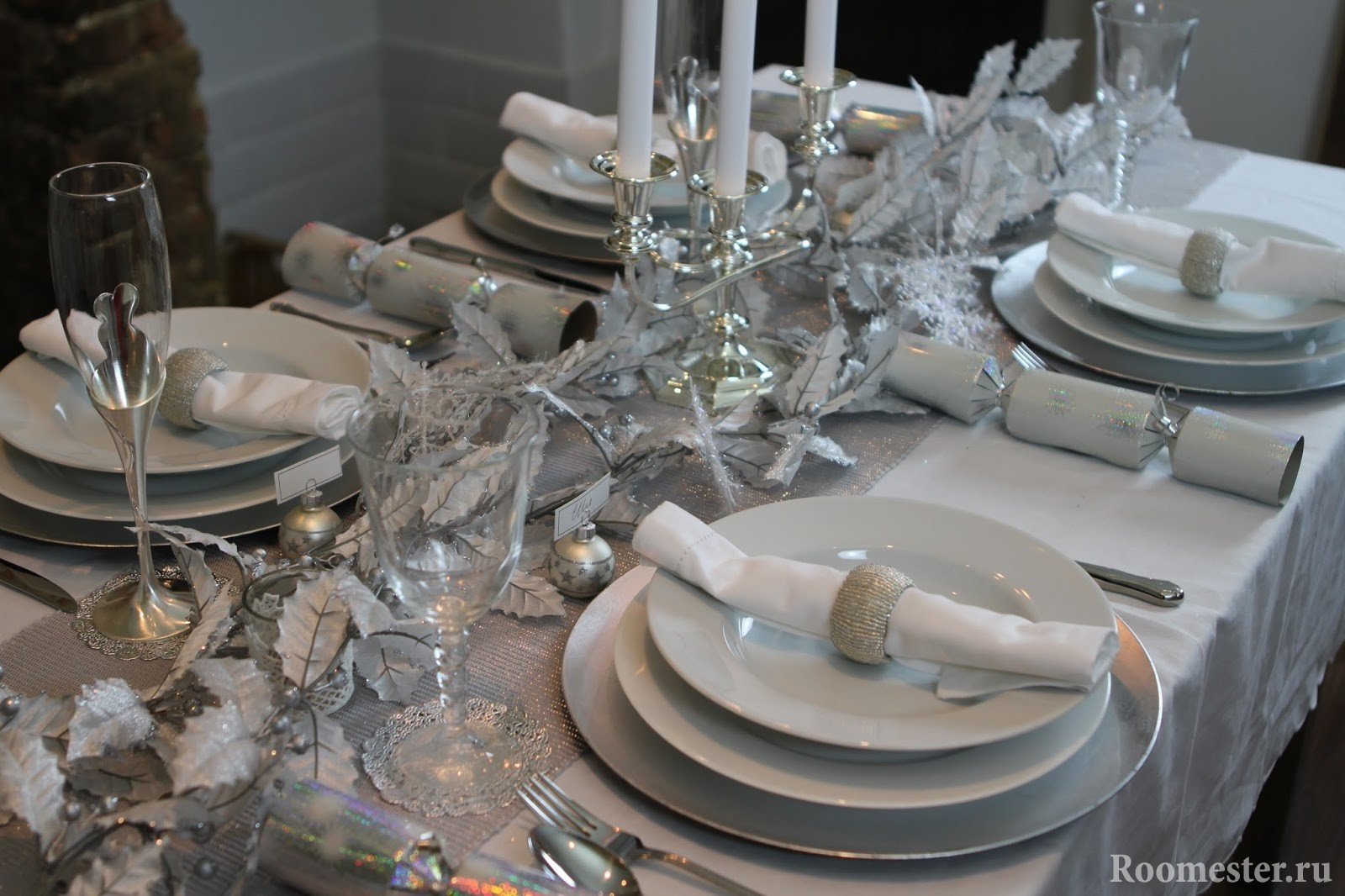 Бело-серебряная сервировка стола