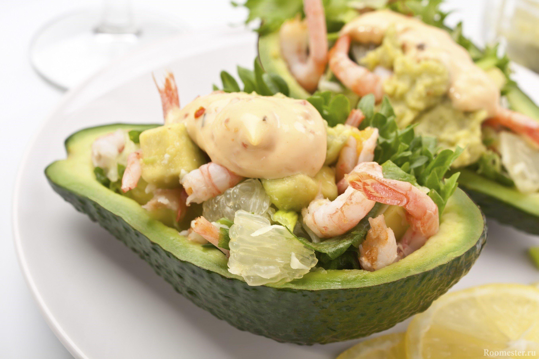 Оригинальная подача салата в половинке авокадо