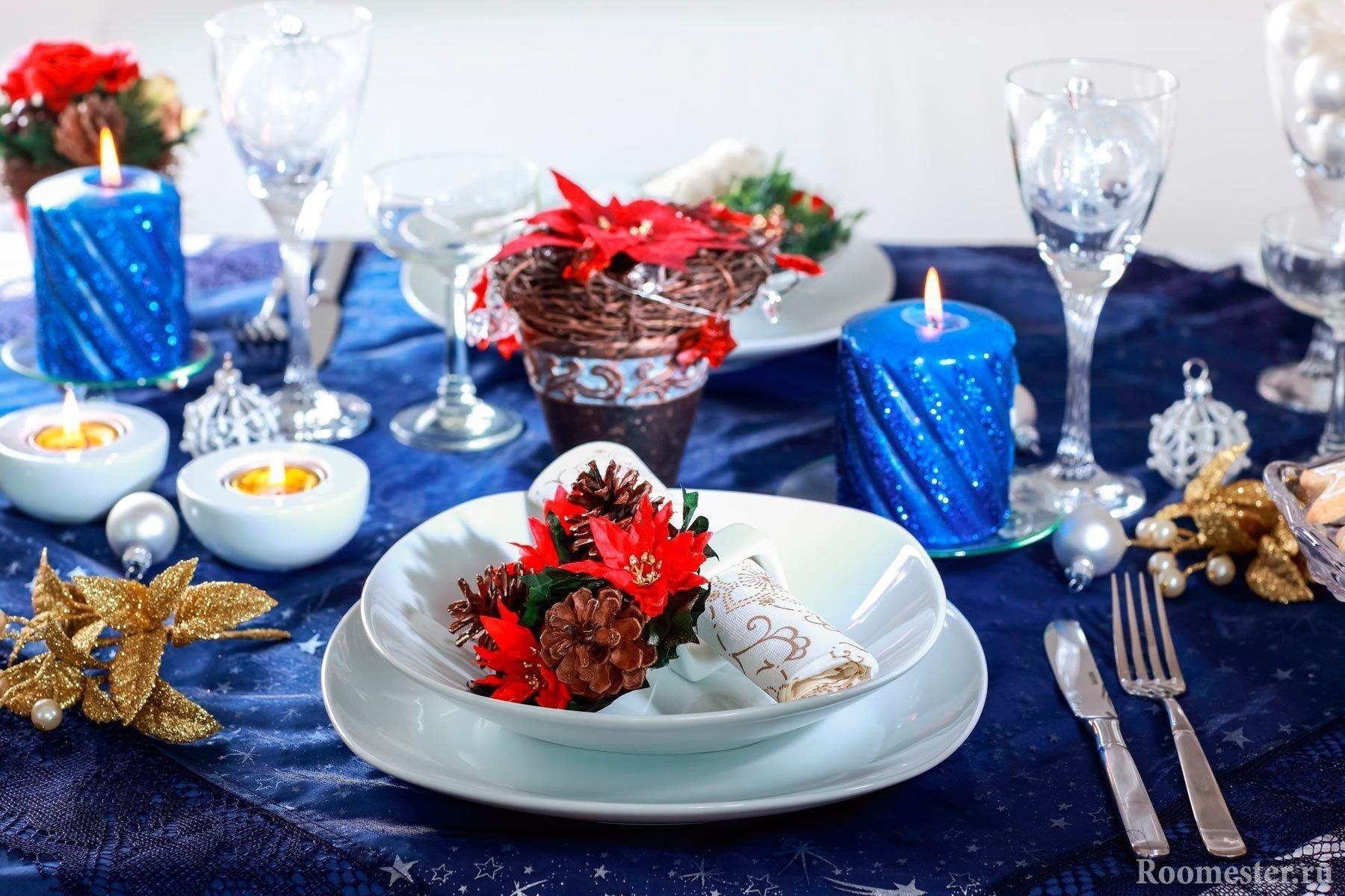 Синяя скатерть на праздничном новогоднем столе