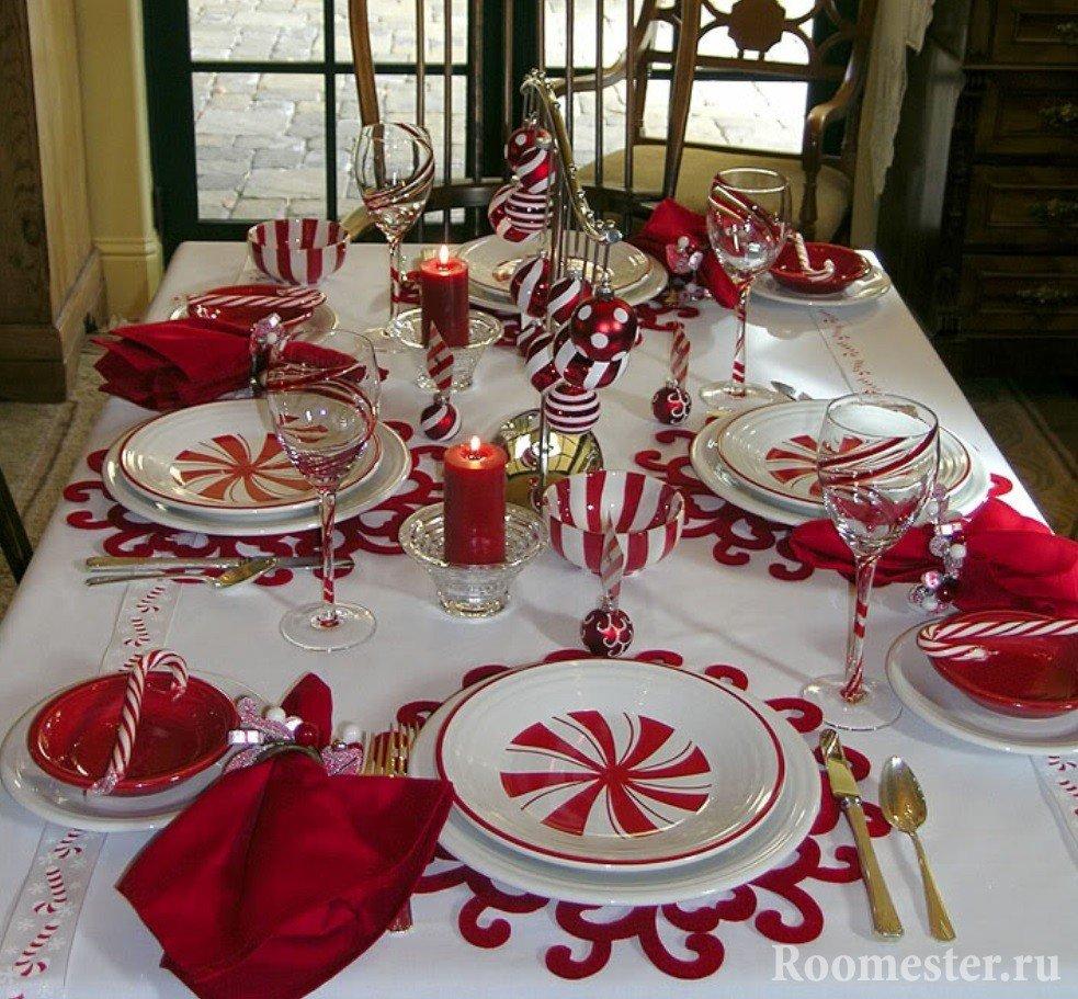 Бело-красная сервировка стола