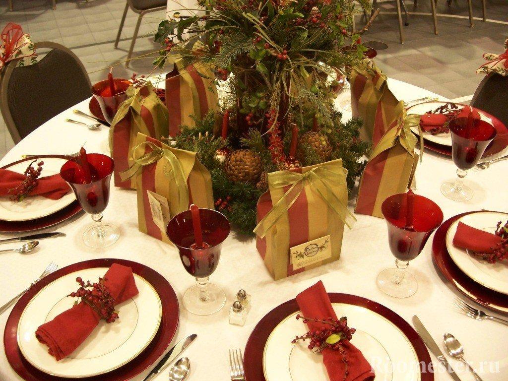 Красная посуда на белой скатерти