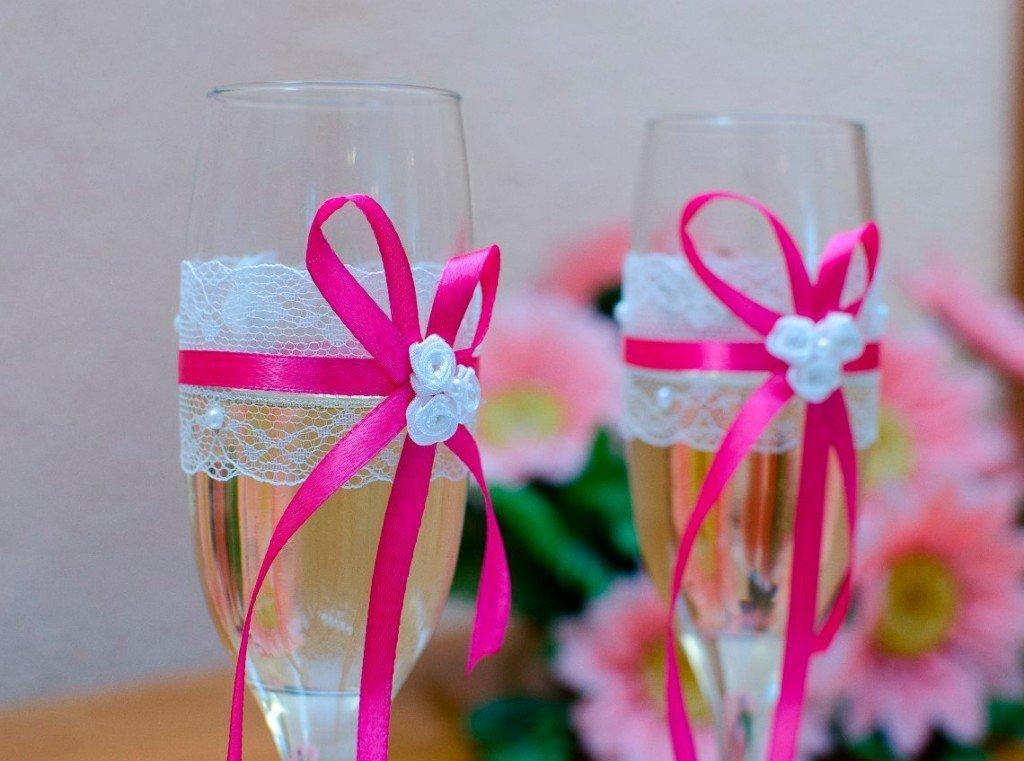 Свадебные бокалы с кружевом и ленточками