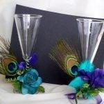 Перья павлинов в украшении бокалов