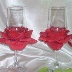 Красные лепестки роз на бокалах