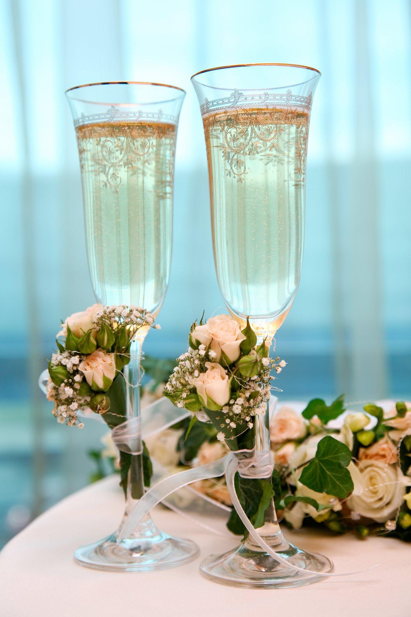 Свадебные бокалы с искусственными цветами