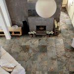 Плитка с имитацией дикого камня на полу гостиной