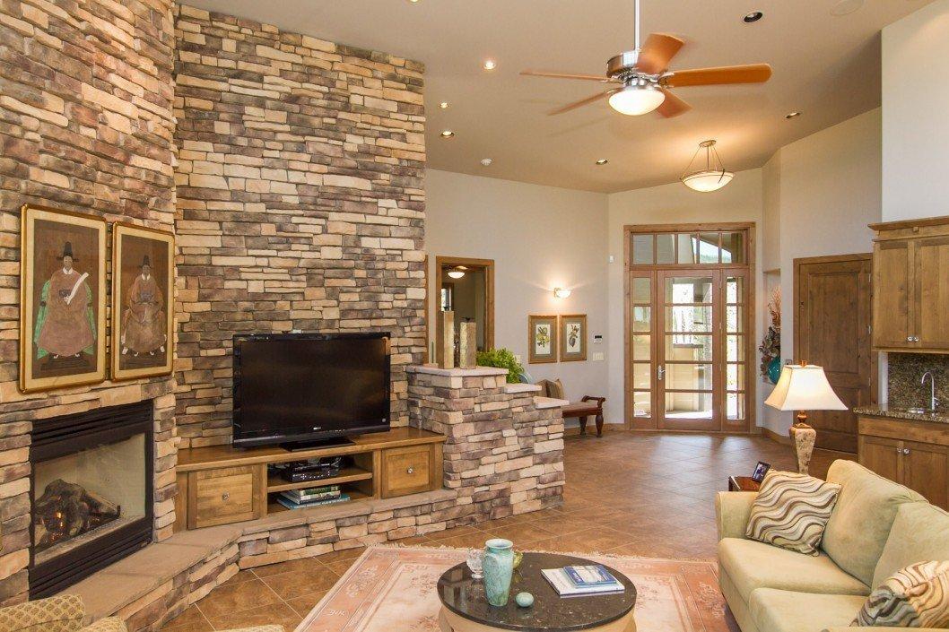 Декоративная плитка под камень в интерьере гостиной